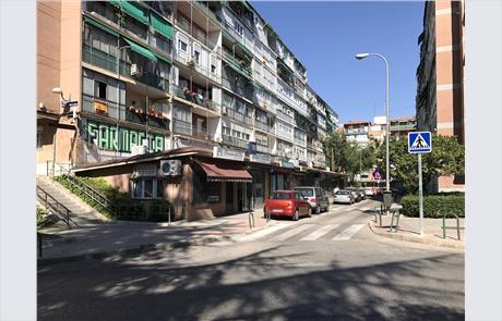 Calles en pendiente dispuestas irregularmente en un entorno residencial.